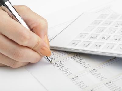 Deducir el IVA: mano redactando factura