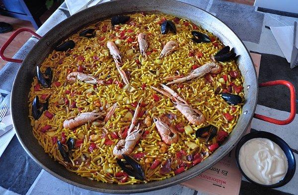 Cosas-que-hacer-en-Barcelona-durante-el-MWC-Comer-una-fideuà