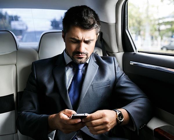 Precaución con el uso del teléfono en tus viajes de negocio al extranjero