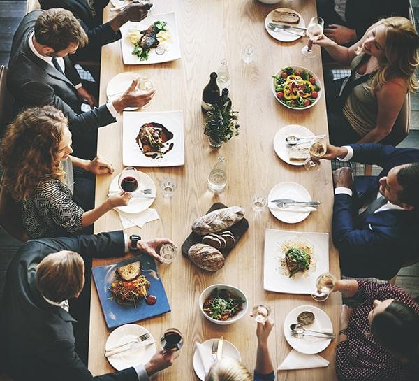 ¿Cómo es el protocolo en las comidas de negocios?