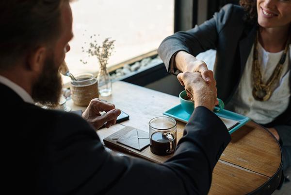 ¿Se puede deducir el IVA del restaurante en las comidas de negocios?